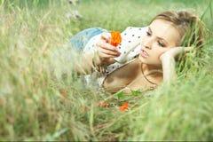 piękna na trawę dziewczyny leżące Obrazy Stock