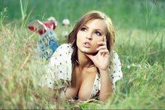 piękna na trawę dziewczyny leżące Obrazy Royalty Free