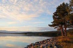 piękna nad ptak chmur kolory muchy złota charakter wcześnie rano zwiększa morza przyjemny cicho odbicie na słońcu fotografia stock