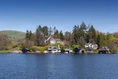 Piękna nadjeziorna wioska lokalizująca na banku Jeziorny Windermere w scenicznym Jeziornym Gromadzkim parku narodowym, Anglia, UK Fotografia Stock