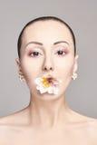 Piękna Naga atrakcyjna brunetka z kwiatami na jego głowa Fasonuje pięknego makeup, czysta skóra, twarzowa opieka Portret potomstw zdjęcie stock