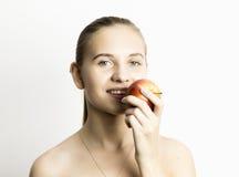 Piękna naga młoda kobieta je jabłka zdrowy jedzenie - silny zębu pojęcie Zdjęcia Stock