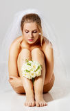 Piękna naga panna młoda w ślub przesłonie