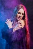 Piękna namiętna dziewczyna w dymu Zdjęcia Stock