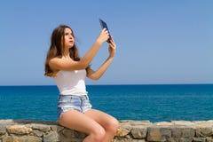Piękna nastoletnia brunetka nastoletnia w cajgowych skrótach Fotografia Stock