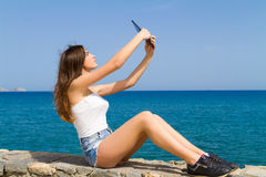 Piękna nastoletnia brunetka nastoletnia w cajgowych skrótach Fotografia Royalty Free