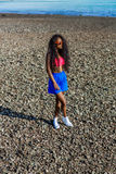 Piękna nastoletnia czarna dziewczyna w błękit spódnicie i menchia stanik na r Obraz Royalty Free