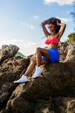 Piękna nastoletnia czarna dziewczyna w błękit spódnicie i menchia stanik na r Obrazy Stock