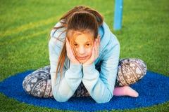 Piękna nastoletnia dziewczyna angażuje w joga Obrazy Stock