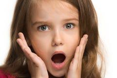 Piękna nastoletnia dziewczyna patrzeje zaskakujący odosobnionego na bielu zdjęcia stock