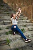 Piękna nastoletnia dziewczyna w Starym miasteczku obraz stock