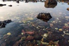 Piękna natura, tropikalna plaża z jasną wodą i kamienie, odbicie i chmurny niebieskie niebo Obrazy Royalty Free