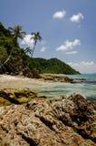 Piękna natura, tropikalna plaża z jasną wodą i kamienie, odbicie i chmurny niebieskie niebo Fotografia Stock