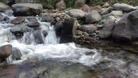 Piękna natura z fontanną w India, himalaje kamienie, brzeg rzeki, naturalny środowisko, kamienie wśrodku, mokra pogoda, chmurna, zbiory