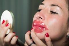 Piękna naturalna dziewczyny kobieta aplying warg menchii maskę, zdrojów traktowania Kosmetologia w ciemnym tle Obrazy Stock