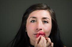 Piękna naturalna dziewczyny kobieta aplying warg menchii maskę, zdrojów traktowania Kosmetologia w ciemnym tle Fotografia Stock