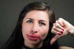 Piękna naturalna dziewczyny kobieta z warg menchii maską z kciuka puszkiem, zdrojów traktowania Kosmetologia w ciemnym tle Zdjęcie Royalty Free