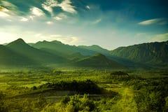Piękna naturalna sceneria z słońce promieniami i zielonymi górami w Montenegro Fotografia Stock