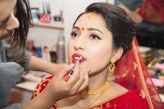Piękna Nepalska panna młoda przy piękno salonem zdjęcie royalty free
