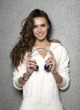 Piękna nowożytna długa kędzierzawa z włosami DJ kobieta z fotografia royalty free