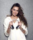 Piękna nowożytna długa kędzierzawa z włosami DJ kobieta z fotografia stock