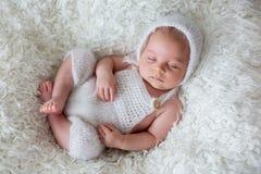 Piękna nowonarodzona chłopiec, śpi Obraz Stock
