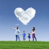 Piękna obłoczna miłość i rodzina na niebieskim niebie Zdjęcie Royalty Free