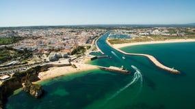 Piękna ocean plaża, falezy w południe Portugalia i Obraz Stock
