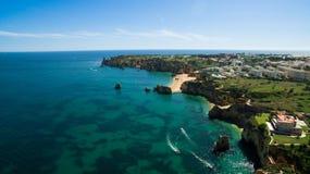 Piękna ocean plaża, falezy w południe Portugalia i Obraz Royalty Free
