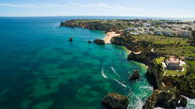 Piękna ocean plaża, falezy w południe Portugalia i Obrazy Stock