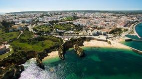 Piękna ocean plaża, falezy w południe Portugalia i Zdjęcia Royalty Free