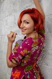 piękna odosobniony portreta biel Młoda Czerwona kobieta Zdjęcia Stock