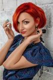 piękna odosobniony portreta biel Młoda Czerwona kobieta Obraz Stock