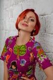 piękna odosobniony portreta biel Młoda Czerwona kobieta Zdjęcia Royalty Free