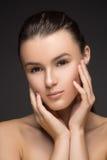 piękna odosobniony portreta biel Piękna zdrój kobieta Dotyka jej twarz Perfect Świeża skóra Piękno brunetki model Młodości i skór fotografia stock