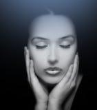 piękna odosobniony portreta biel Twarz Piękna kobieta z oczami Zamykającymi obrazy stock