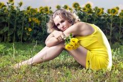 piękna odzieżowa dziewczyna siedzi kolor żółty Zdjęcie Stock