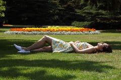 piękna ogrodowa sypialna lato słońca kobieta zdjęcia royalty free