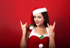Piękna ono uśmiecha się szczęśliwa przypadkowa kobieta w Santa klauzula kostiumu sho Fotografia Royalty Free