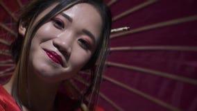 Piękna orientalna kobieta przechyla jej głowę i ono uśmiecha się w zwolnionym tempie zdjęcie wideo
