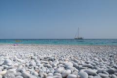 Piękna otoczak plaża Zdjęcia Royalty Free