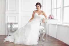 piękna panna młoda Ślubnego fryzura makijażu mody sukni luksusowy pojęcie fotografia royalty free