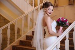 Piękna panna młoda chodzi wokoło sala i wspina się schodki jej goście Dziewczyna uśmiechy i pokazują ona piękna fotografia royalty free