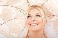 piękna panna młoda jej parasolowi ślubni potomstwa Obraz Royalty Free