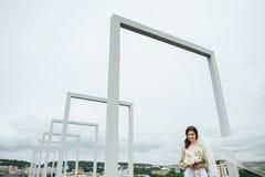 Piękna panna młoda na balkonie na jej dniu ślubu zdjęcia stock