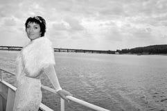 Piękna panna młoda na statku w rzece, retro styl Obrazy Royalty Free