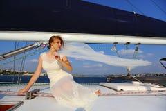 Piękna panna młoda - podróż na jachcie Zdjęcie Royalty Free