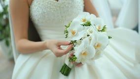 Piękna panna młoda trzyma białego ślubnego bukiet Bridal akcesoria Szczegóły dla małżeństwa zbiory