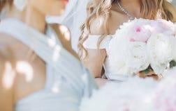 Piękna panna młoda trzyma eleganckiego peonia bukieta dowcip z ładną przesłoną Zdjęcia Stock
