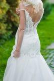 Piękna panna młoda w ślubnej sukni blisko starego kasztelu Obrazy Royalty Free